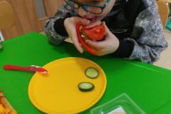 Przedszkolaki-przygotowuja-wiosenne-kanapki-11
