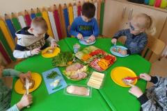 Przedszkolaki-przygotowuja-wiosenne-kanapki-15