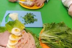 Przedszkolaki-przygotowuja-wiosenne-kanapki-9