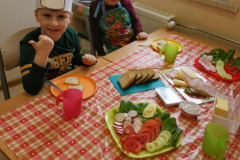 Przedszkolaki-przygotowuja-wiosenne-kanapki